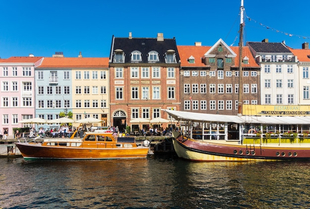 Copenhaga, dinamarca - 23 de agosto de 2017: embankment new harbour, famoso bairro histórico e de entretenimento