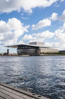 Copenhagen opera house perto da água em copenhagen, dinamarca