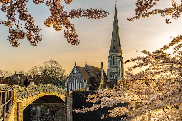 Copenhague dinamarca 7 de abril de 2020: igreja anglicana de st alban em copenhague