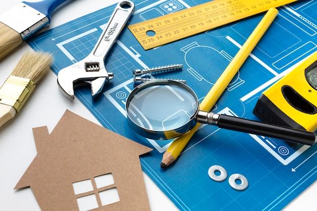 Cópia azul de uma casa com um design de papelão
