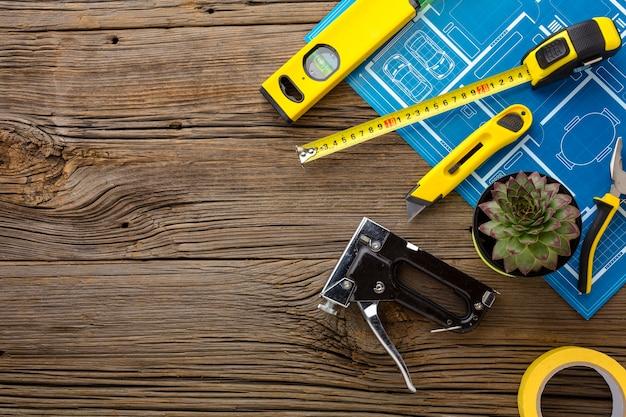 Cópia azul e conjunto de ferramentas em fundo de madeira