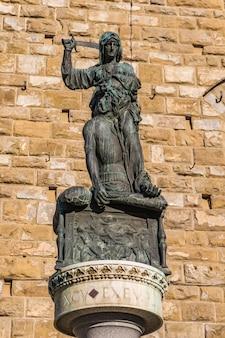 Cópia da estátua de judith e holofernes de 1464 por donatello na piazza della signoria em florença, itália