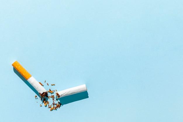 Cópia-espaço cigarro quebrado