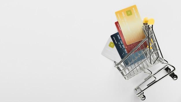 Cópia-espaço com cartões no carrinho