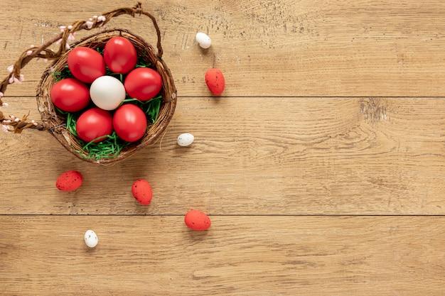 Cópia-espaço com cesta com ovos