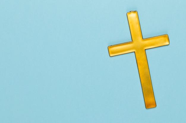 Cópia-espaço com cruz sagrada de madeira