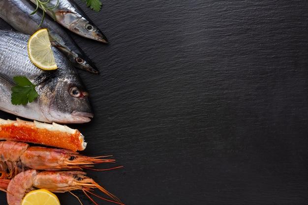 Cópia-espaço com deliciosos frutos do mar misturados