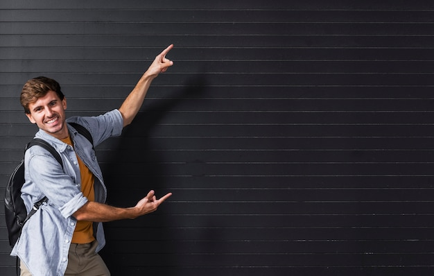 Cópia-espaço com homem apontando para o fundo