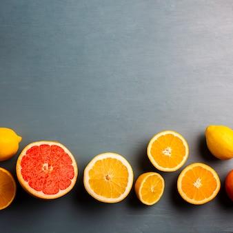 Cópia-espaço com mistura de citrinos na mesa