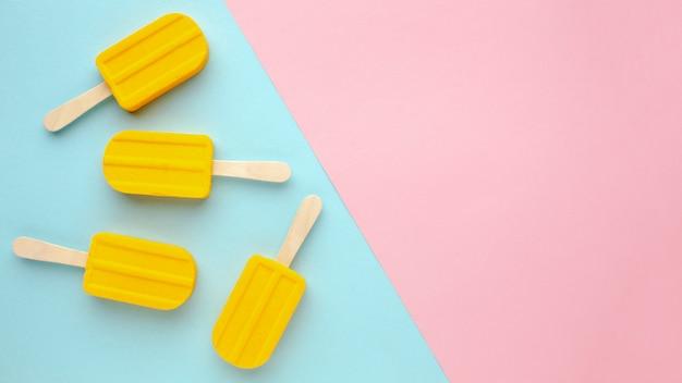 Cópia-espaço com sorvete na mesa