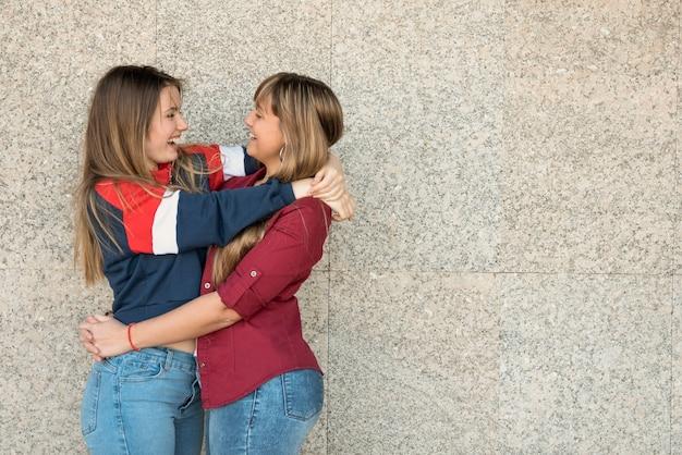 Cópia-espaço dois jovens mulheres abraçando