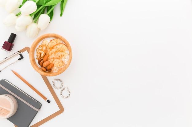 Cópia-espaço escritório pequeno-almoço tigela com iogurte