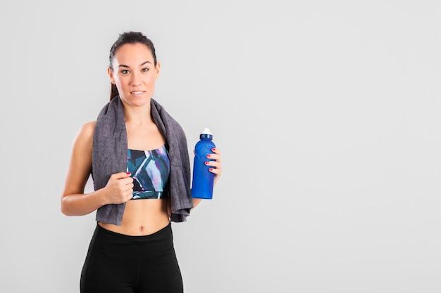 Cópia-espaço feminino na hidratação