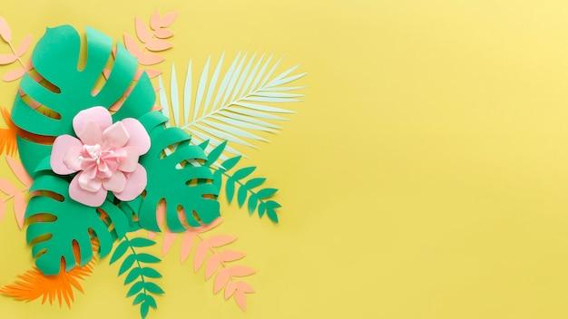 Cópia-espaço flor e folhas em estilo de jornal