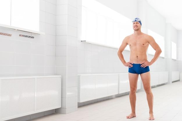 Cópia-espaço jovem em pé de piscina
