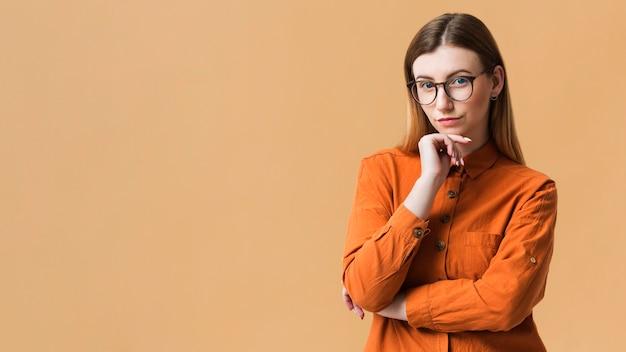 Cópia espaço jovem mulher