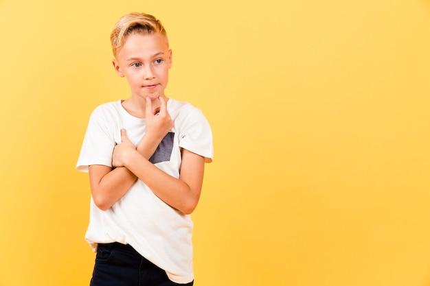 Cópia-espaço jovem rapaz pensando