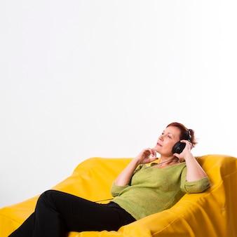 Cópia-espaço mais velho feminino ouvir música