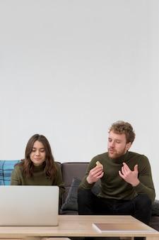 Cópia-espaço masculino e mulher almoçando