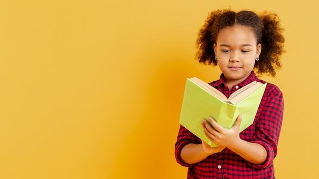 Cópia-espaço menina lendo