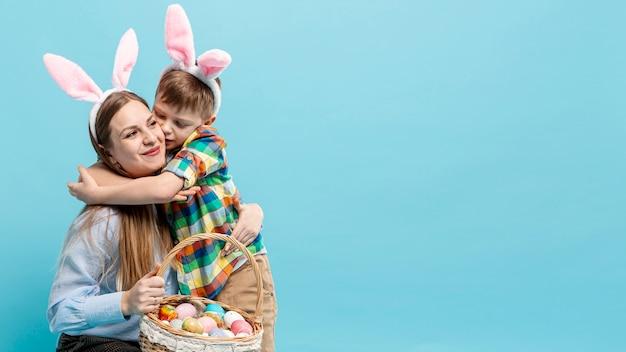 Cópia-espaço menino abraçando a mãe