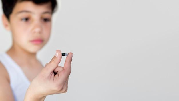Cópia-espaço menino com pílula