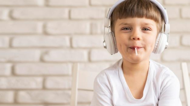 Cópia-espaço menino ouvindo música