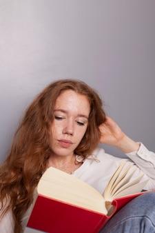 Cópia-espaço mulher bonita em casa lendo