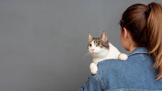 Cópia-espaço mulher segurando gato