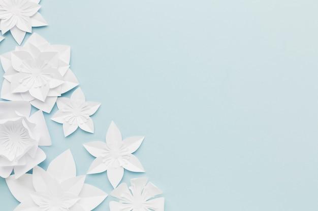 Cópia-espaço papel flores na mesa