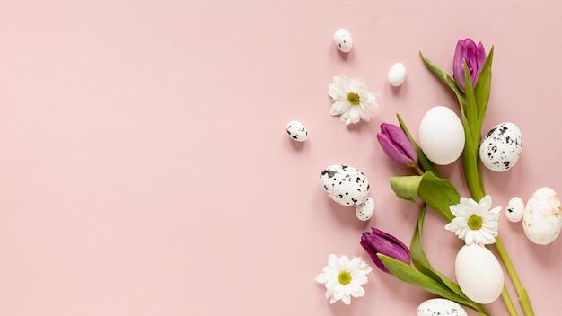 Cópia-espaço pintado ovos e flores