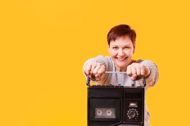Cópia-espaço sorridente mulher com cassete
