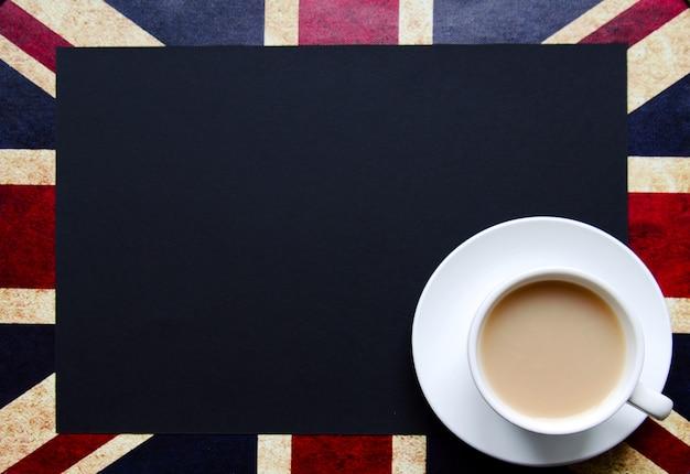 Cópia preta espaço para o seu texto da bandeira britânica com uma xícara de chá