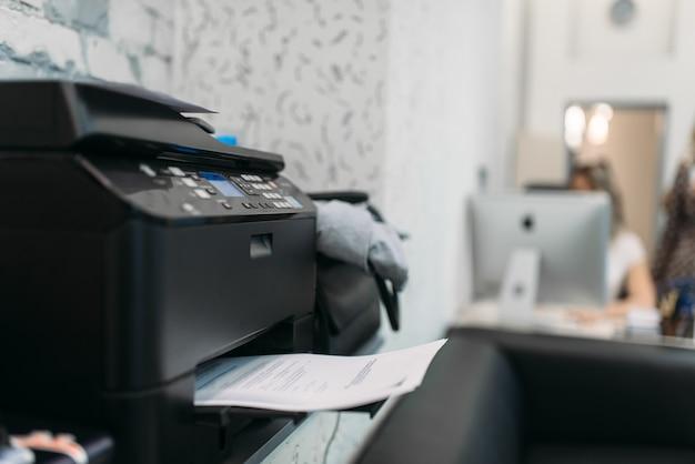 Copiadora com contrato, equipamento no escritório comercial