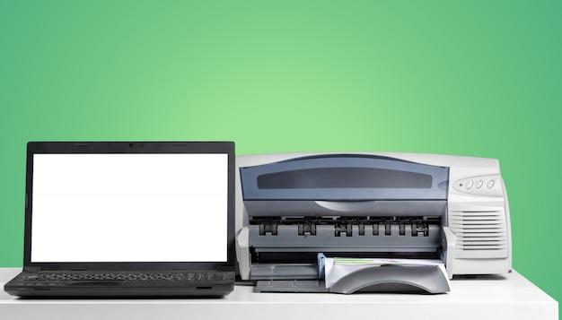 Copiadora de impressora em um fundo colorido brilhante