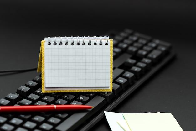 Copiando ideias antigas, criando novas, transferindo notas escritas, digitando códigos de computador, datilografando transcrições, iniciando novos poemas, romances, conversando com amigos familiares
