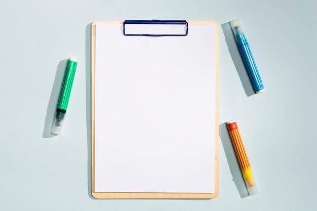 Copie a área de transferência do espaço com marcadores coloridos