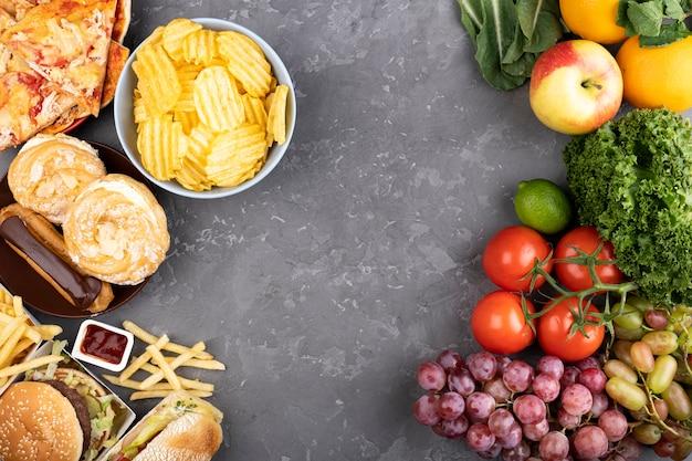 Copie a comparação de espaço entre comida saudável e fast food