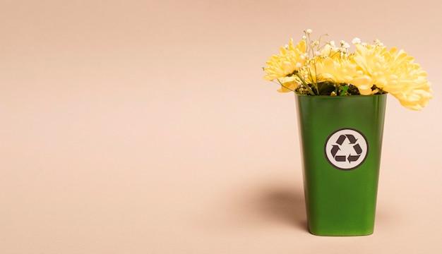 Copie a lixeira do espaço com flores
