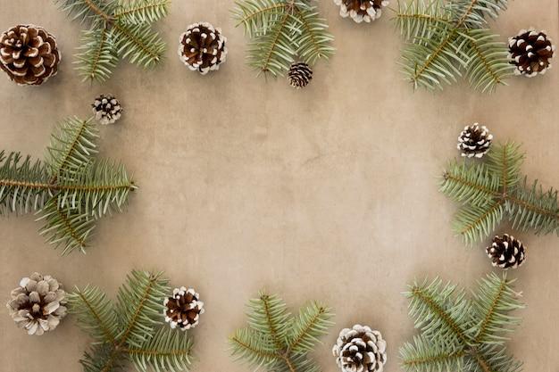 Copie a moldura do espaço de folhas verdes de pinheiro
