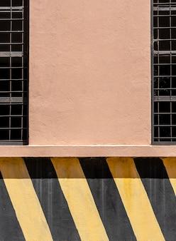 Copie a parede do espaço com listras pretas e amarelas