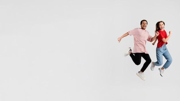 Copie amigos do espaço pulando Foto Premium