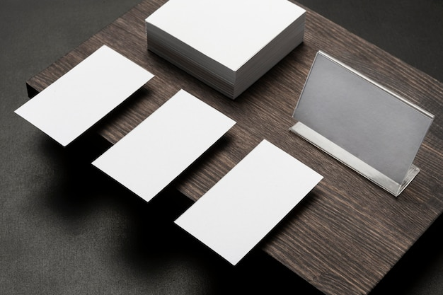 Copie cartões de visita do espaço em um moderno suporte de madeira