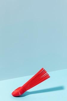 Copie colheres de plástico vermelho de espaço