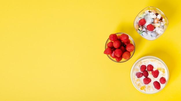 Copie espaço arranjo de café da manhã de frutas frescas de cereais