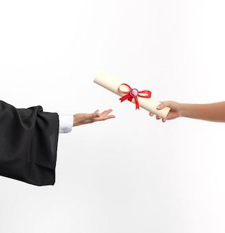Copie espaço mulher com diploma de graduação