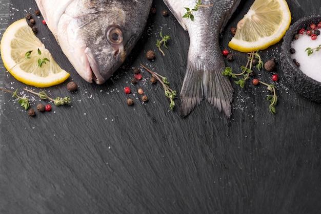 Copie espaço para peixes dourados frescos