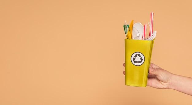 Copie espaço pequeno lixeira com plástico