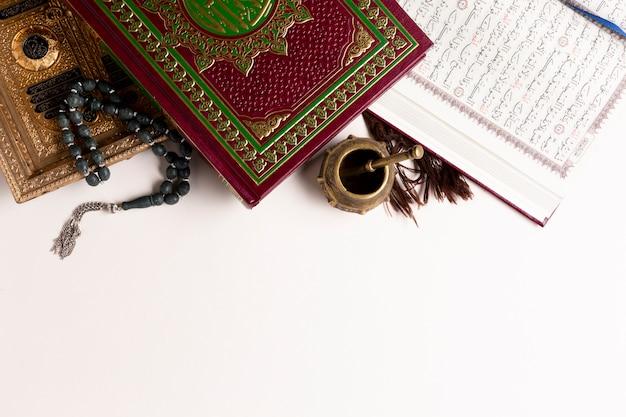 Copie espaço, vista superior, itens arábicos, e, quran