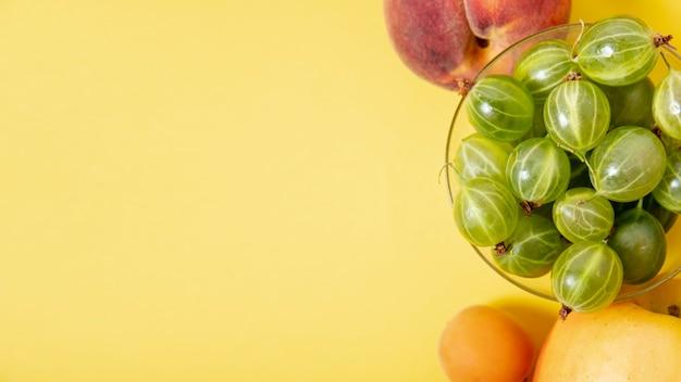 Copie o arranjo de frutas de espaço no fundo liso